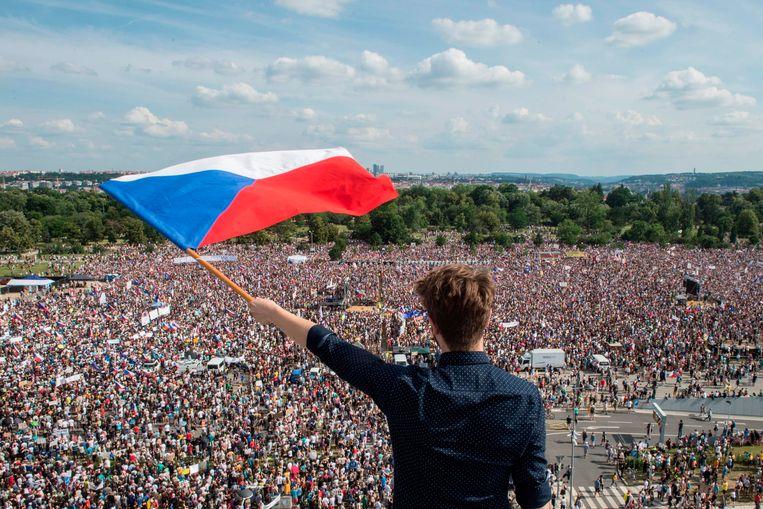 Een paar honderdduizend Tsjechen zijn vandaag op straat gekomen tegen de in opspraak gekomen premier Andrej Babis.