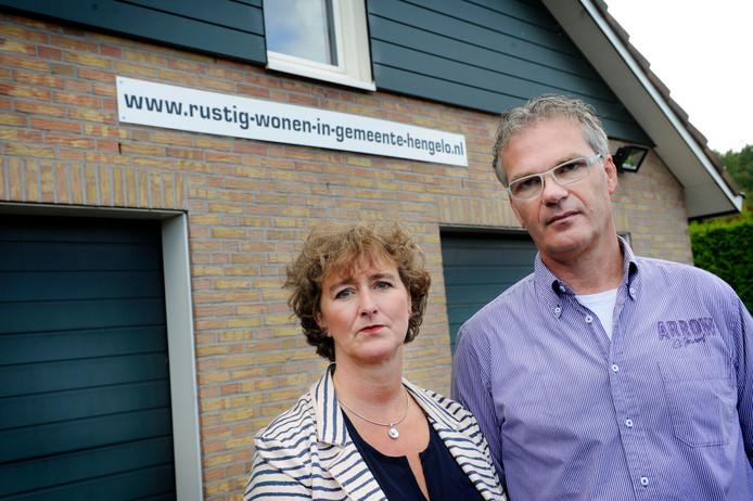 Bert en Anne Beernink in 2015 voor hun woonhuis aan de Binnenveldweg.