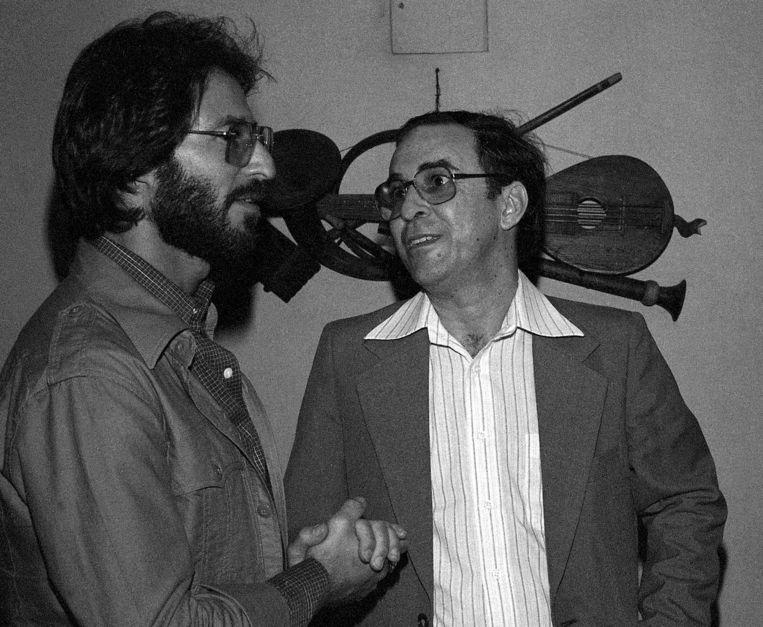 Joao Gilberto (rechts) backstage bij het Newport Jazz Festival in Carnegie Hall in New York (1978).  Beeld AP