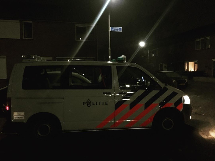 De politie zoekt naar de man die van zeker vijftien auto's spiegels vernielde.