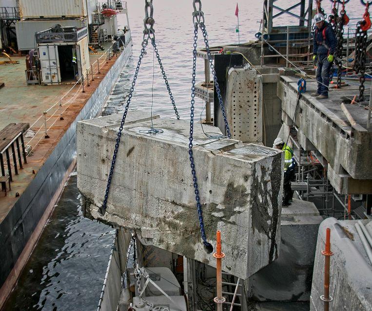 Medewerkers van Stenabo verdeelden de grote betonnen sluiswand (16 m x 7 m) in 12 kleinere delen door die in stukken te zagen met behulp van een kabelzaag.