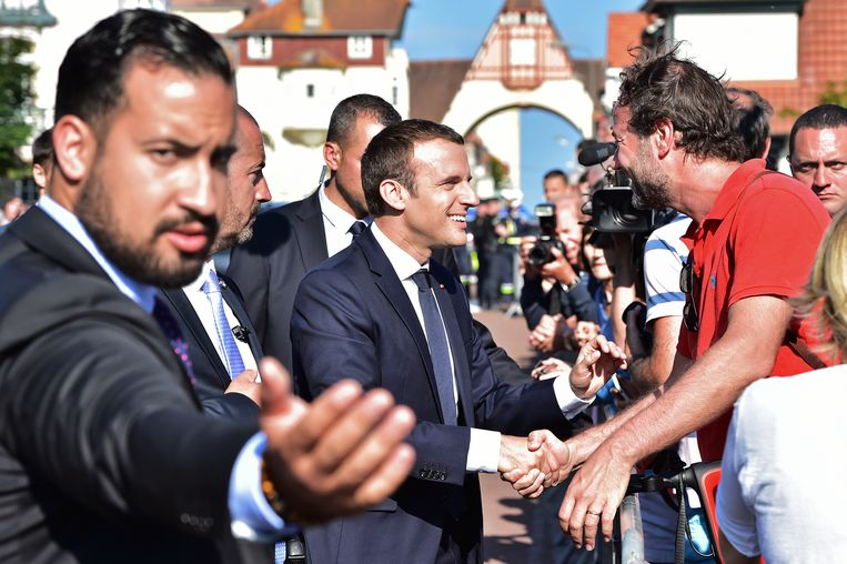 De Franse president Emmanuel Macron, met naast hem veiligheidsadviseur Alexandre Benalla (links). Beeld AFP