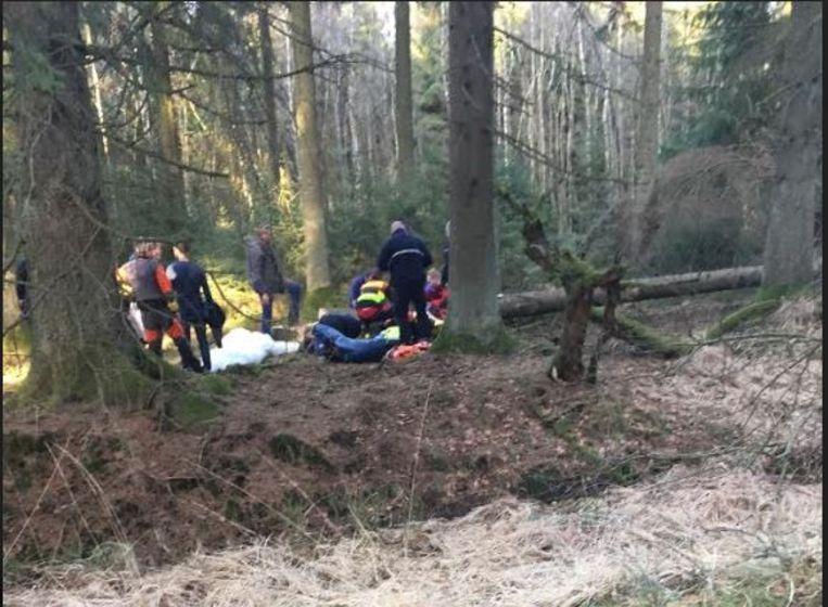 De scoutsjongens maakten deze foto toen de hulpdiensten zich over de vrouw ontfermden.