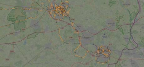 Vliegtuigje cirkelt om gemeentehuis Almelo: 'Zodat ze precies weten hoe laat uitzending is'