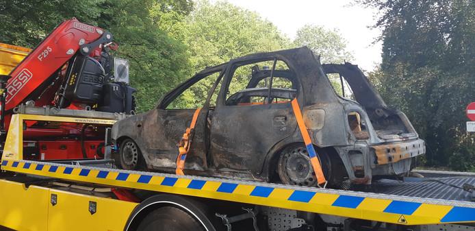 De uitgebrande auto die is gebruikt bij de aanslag op het gemeentehuis van Lingewaard werd gisteravond afgesleept.