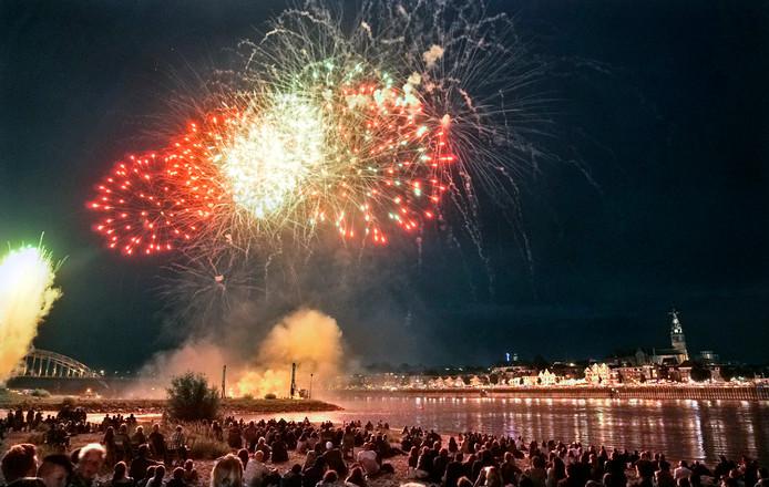 Vuurwerkshow bij de Nijmeegse Vierdaagsefeesten.