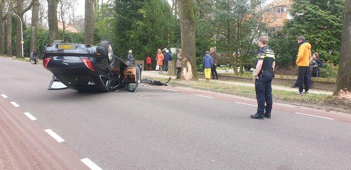 De auto ligt ondersteboven op de Kwakkenbergweg Nijmegen.