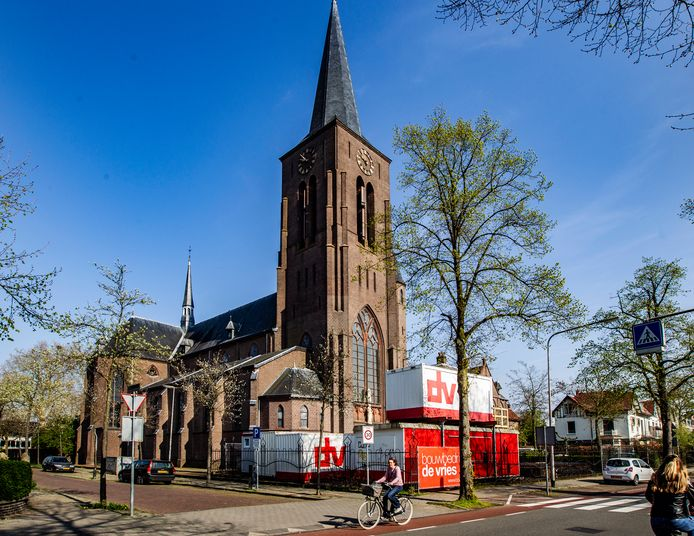 Afgelopen voorjaar kreeg Svpo Deventer te maken met een bouwstop voor de verbouwing van de Heilig Hartkerk tot schoolgebouw aan de Zwolseweg. Door de hobbelige aanloop kan de nieuwe middelbare school dit jaar niet meer over naar het definitieve onderkomen.