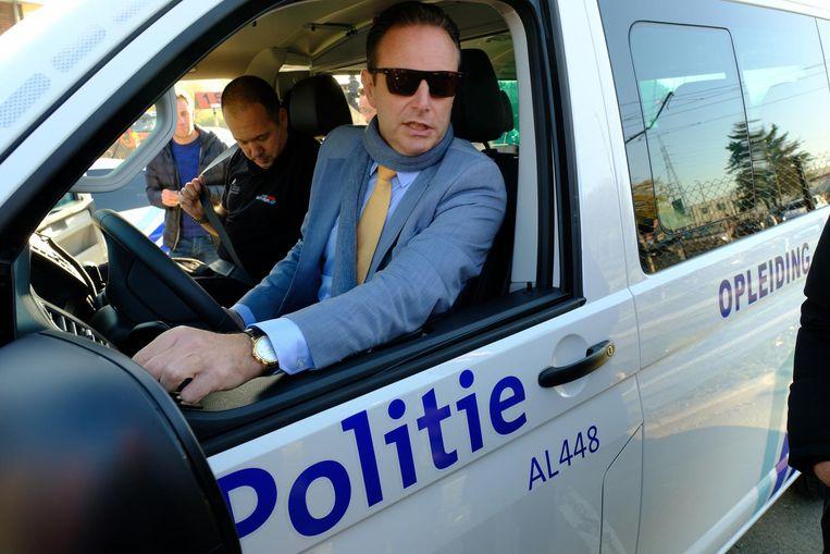 Burgemeester Bart De Wever aan het stuur van een combi die wordt gebruikt voor de extra rijopleiding van het politiekorps.