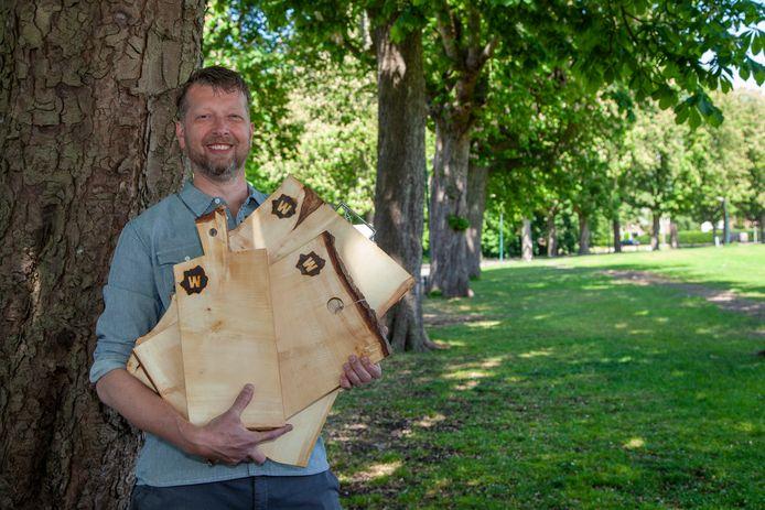 Dave Kortekaas maakt brood- en borrelplanken van oude kastanjes aan het exercitieveld: de Woerdse Knoest
