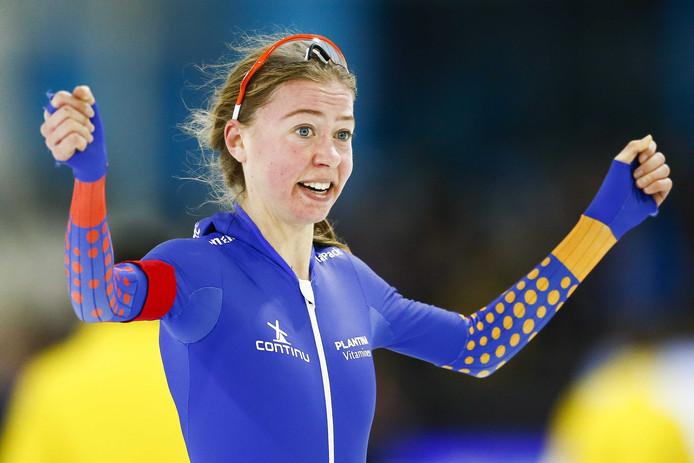 Esmee Visser juicht na haar rit op de 5000 meter tijdens het Olympisch Kwalificatie Toernooi (OKT) in Thialf.