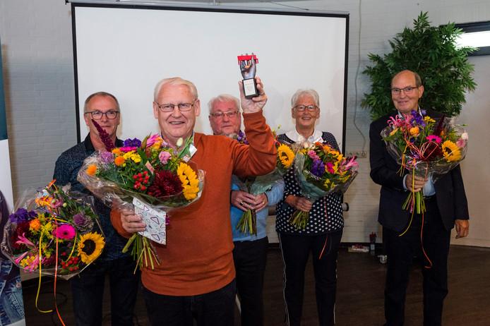 Marinus Hobert wint de Beste Buur Bokaal in Wierden.