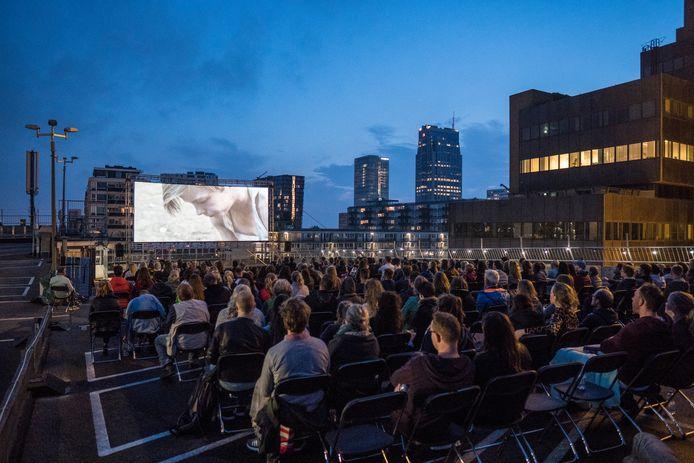 Boven op de parkeergarage van de Bijenkorf in Rotterdam organiseerden de Pleinbios en de Dakendagen al eens een zomerse dakbios.