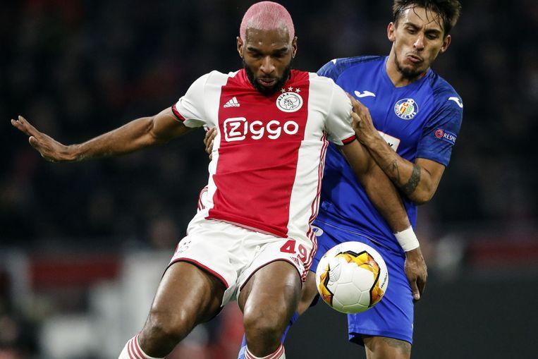 """Ryan Babel (Ajax) en Getafe-rechtsback Damian Suarez, wiens familie """"bier over zich heen kreeg"""""""