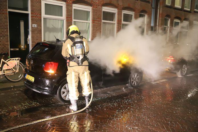 Auto uitgebrand na brandstichting in de Herman Costerstraat in Den Haag.