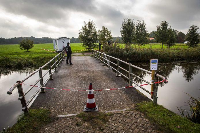 In een boerderij in Ruinerwold hield zich mogelijk al sinds 2010 een gezin met zes kinderen zich schuil. De politie zette na de ontdekking meteen het gebied af.