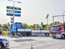 Hulpdiensten en traumaheli met spoed naar ongeval in Rhenen: fietser komt onder vrachtwagen terecht