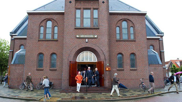 Kerkgangers verlaten de kerk na afloop van een kerkdienst op zondagochtend. Beeld ANP