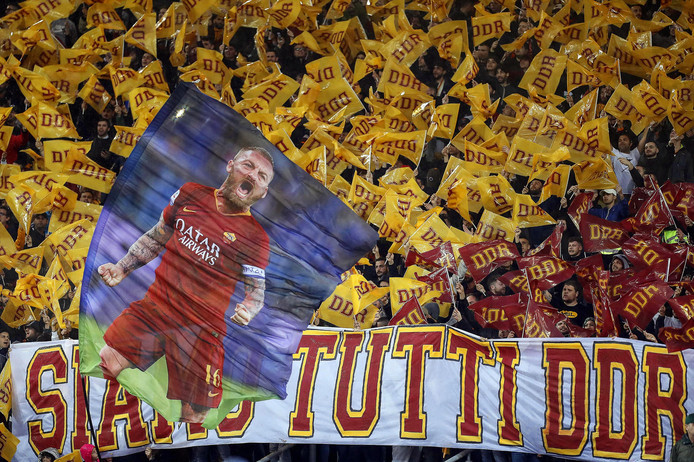 Roma supporters zaaien met vlaggen voor hun 'DDR'.