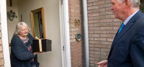 Daar staat de burgemeester aan de deur: ouderen in Ermelo blij verrast door gratis diner