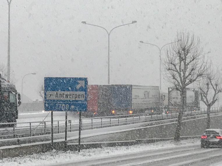 Vrachtwagens zitten vast in de sneeuw aan het viaduct in Wilrijk.