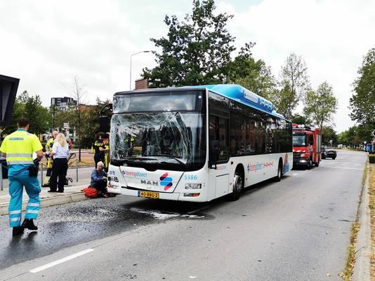 Een van de stadsbussen die bij de botsing betrokken is.