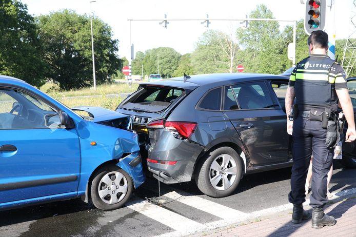 De twee auto's die vol op elkaar botsten aan de Zutphensestraat in Apeldoorn