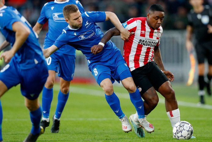 Sondre Tronstad zet op Europees podium voor FK Haugesund zijn lichaam in de strijd tegen PSV'er Steven Bergwijn.