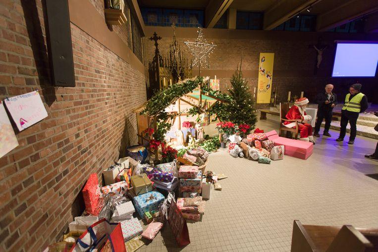 De vzw Hees Helpt laat gezinnen en kinderen die in kansarmoede moeten leven niet in de kou staan. Ze hield een inzameling van speelgoed en gebruiksvoorwerpen in geschenkverpakking.