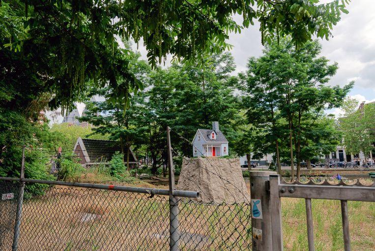 Op het veldje naast Paradiso staat sinds kort Leonard van Munsters Nail house, 'een vorm van verzet'. Beeld donleo.org