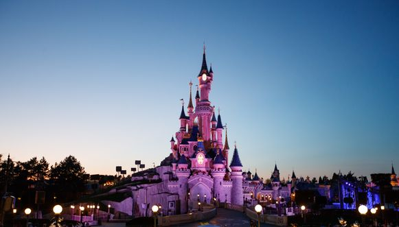 Disneyland Parijs gaat vanaf komende donderdag geen plastic rietjes meer geven in het pretpark. Het pretpark schakelt over op papieren rietjes die volledig biologisch afbreekbaar zijn.
