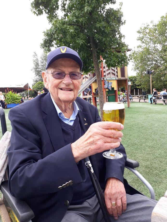 Rien van den Heuvel dronk graag een biertje op Veteranendag.