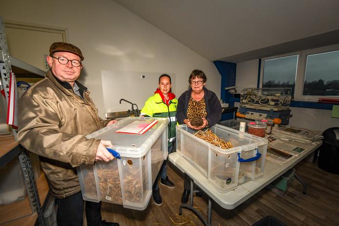 De egelopvang in Boskoop moet sluiten, woensdag 8 januari werden de laatste egels opgehaald door de dierenambulance. Op de foto van links naar rechts: Pieter Klomp, Marielle Mangelaars van de dierenambulance en Wilma Klomp.