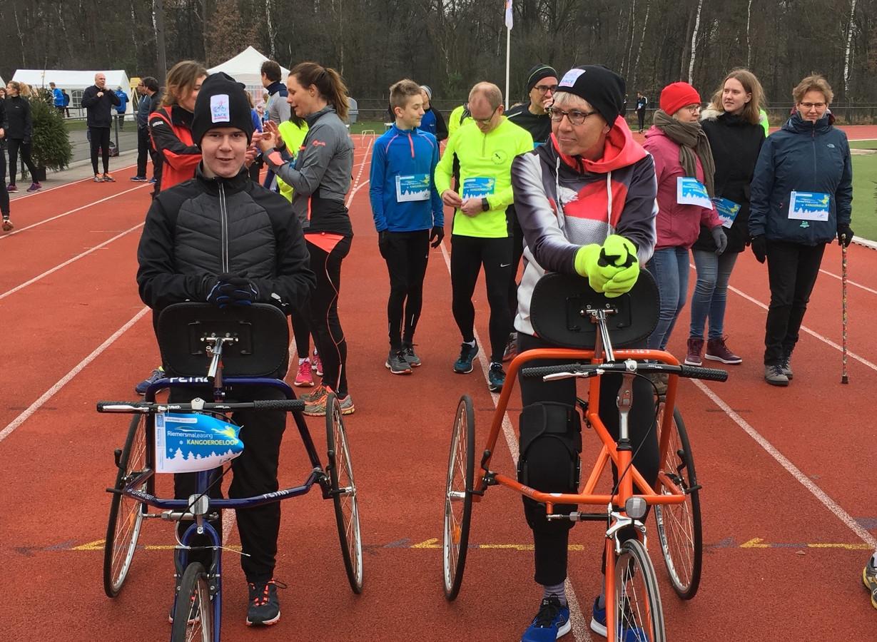 Racerunner Juul van den Brink (links) nam vorig jaar met zijn trainster Carolien Wellen al deel aan de Kangoeroeloop.