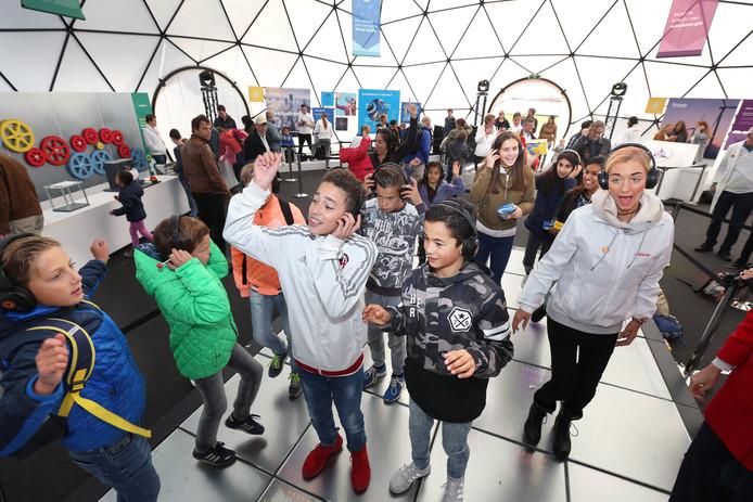 Evenement op het Malieveld Shell gaat duurzaam. Energie opwekken door te dansen.(Den Haag 05-10-16) Foto:Frank Jansen