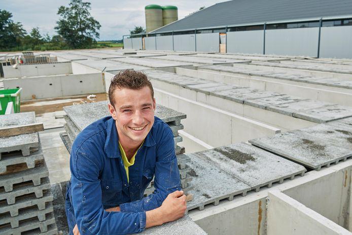 Robert van Duijnhoven op zijn in aanbouw zijnde varkensstal.