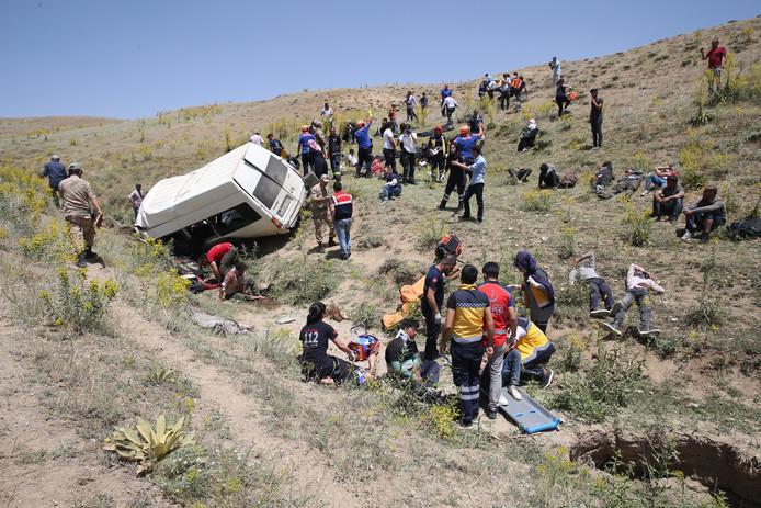 Le conducteur du minibus a perdu le contrôle de son véhicule pour une raison indéterminée.