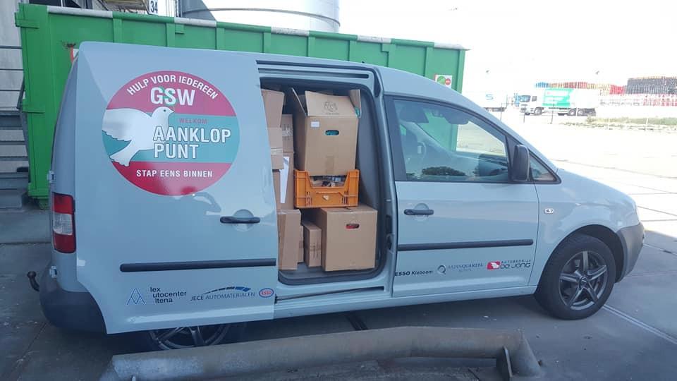 De caddy van GSW Altena zat tjokvol met een fractie van de spullen die Xenos in Waalwijk cadeau deed. Voedselbank Altena zorgt voor het transport van de rest van de recordschenking.