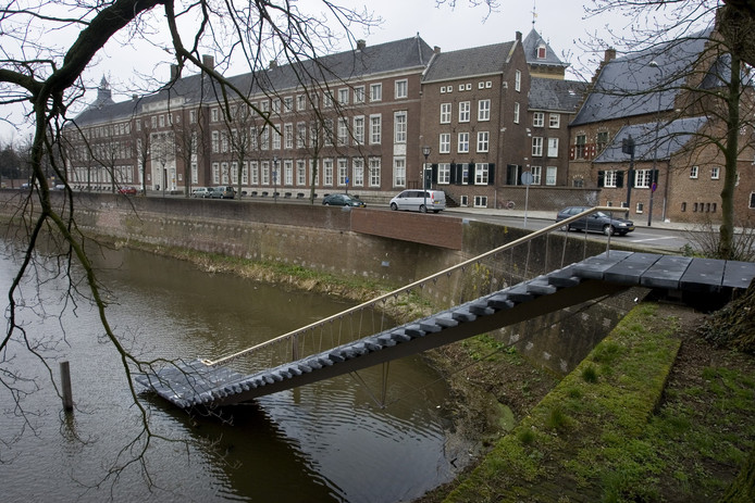 De steiger bij Bastion Oranje aan de Zuidwal in Den Bosch. Geen verhuur van bootjes, wél horeca.