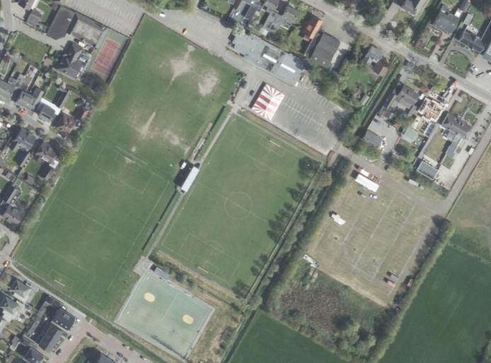 Sportpark De Hoef in Loosbroek. met in het midden het hoofdveld van voetbalclub WHV. Rechts daarvan het extra parkeerterrein van uitgaanscentrum Lunenburg.