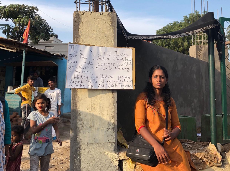 Activist Aswathy Jwala protesteert tegen de bouw van een muur langs een sloppenwijk in Ahmedabad in aanloop naar het bezoek van Donald Trump. Beeld null