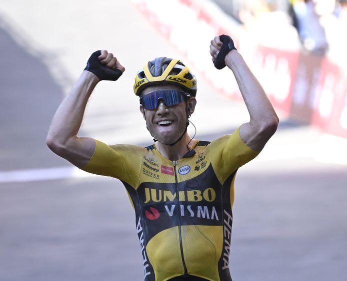 Wout van Aert juicht na het winnen van Strade Bianche.