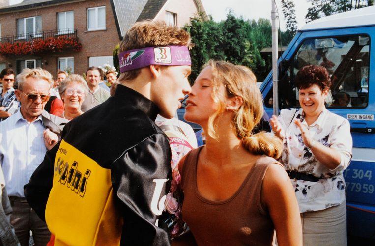 Sven Spoormakers kust het bloemenmeisje dat later zijn vrouw wordt.