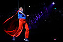 Ruben van der Meer komt als Superman al hakkend uit het dak van de Ziggo Dome