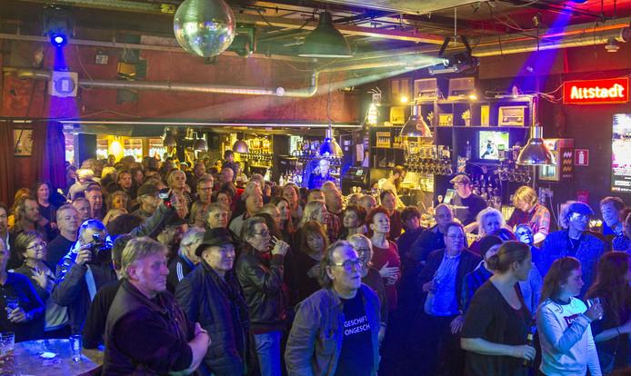 Veel muzikanten en (oud-)bezoekers van café Altstad namen gisteren afscheid van Twan van Zwan.