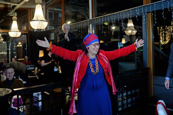 In politiek café Hengelo's Peil wordt de nieuwe nachtburgemeester van Hengelo, Marijke Agterbosch, door burgemeester Schelberg beëdigd.