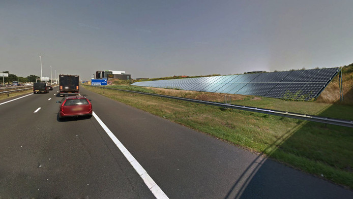 Impressie van de 'zonnewal' langs de snelweg A1.