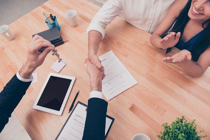 Makelaars die bemiddelen bij huurwoningen mogen niet zowel bij de verhuurder als de huurder kosten rekenen.