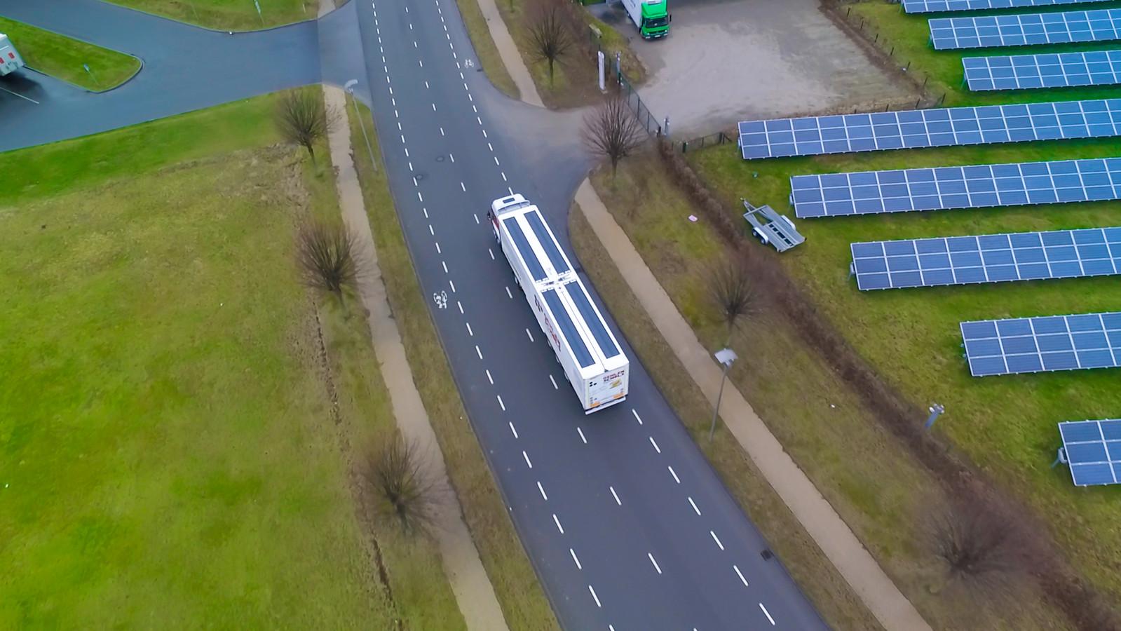 Een vrachtwagen met zonnepanelen op de oplegger.