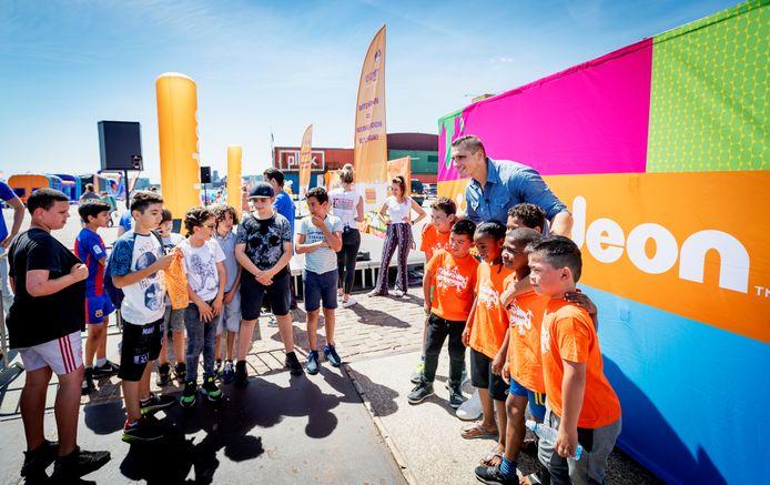 Kickbokser Rico Verhoeven opende vorig jaar de Buitenspeeldag.